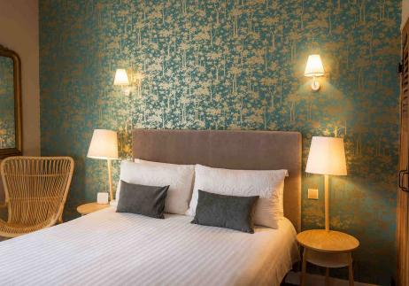 Le grand lit de la chambre confort de l'hôtel Edouard 7