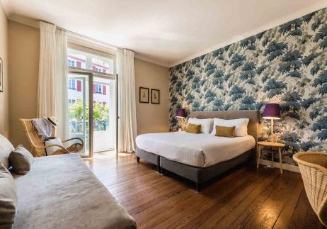 La chambre superieure de l'hôtel Edouard VII, grand lit confortable